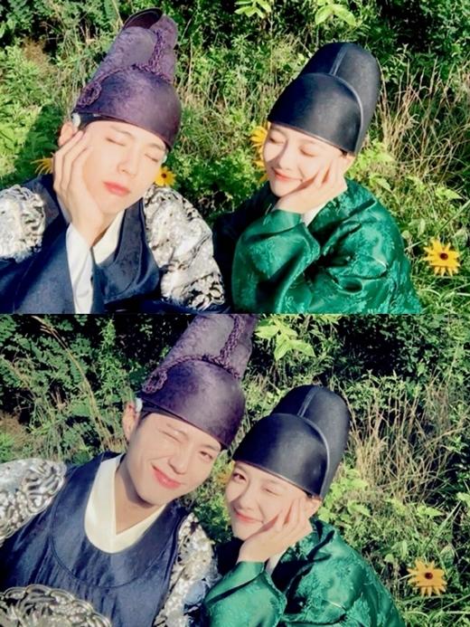 Hai diễn viên chính cùng nhau selfie siêu đáng yêu như thế này đây.