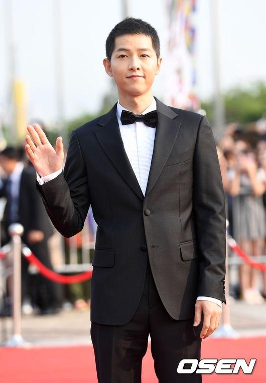 Nam tài tử Song Joong Ki một mình đến tham dự sự kiện.