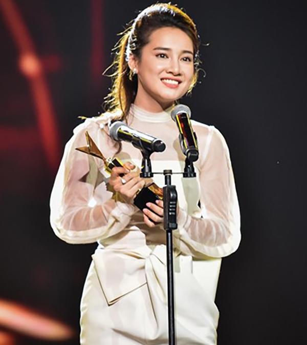 Chỉ trong vòng chưa đầy 24 tiếng, nữ diễn viên Tuổi Thanh Xuân đã vinh dự nhận được hai giải thưởng lớn ở trong và ngoài nước.