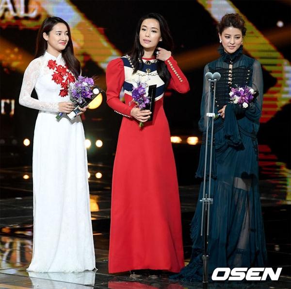 Đẹp dịu dàng trong tà áo dài Việt, Nhã Phương vui mừng đến xúc động không nói nên lời khi được xướng tên nhận giải Ngôi sao châu Á (Asian Star) tại lễ trao giải diễn ra vào chiều ngày 08/09.