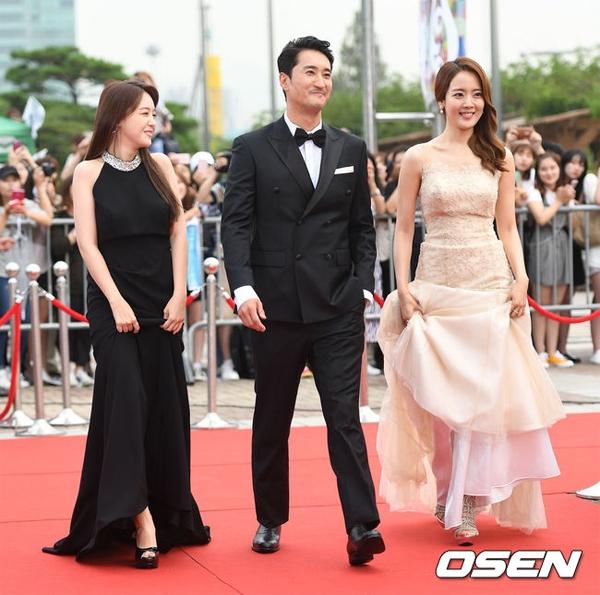 Tài tử Shin Hyun Joon sánh bước cùng hai đồng nghiệp xinh đẹp.
