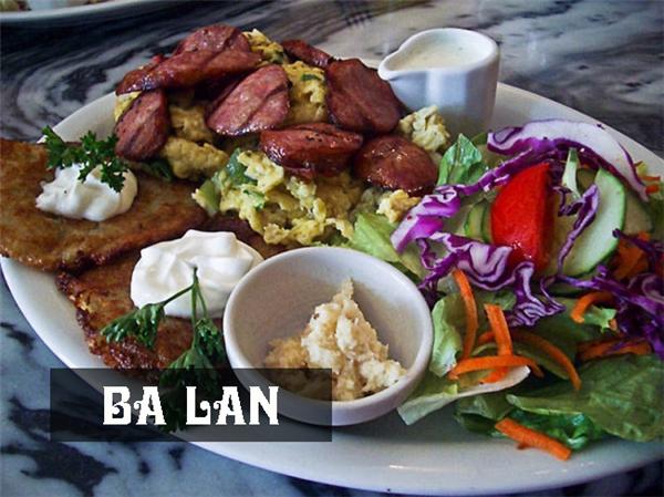 Bữa ăn sáng truyền thống ở Ba Lan bao gồm trứng, salad,bánh kếp khoai tây và không thể vắng mặtcác loại rau sống tươi ngon.
