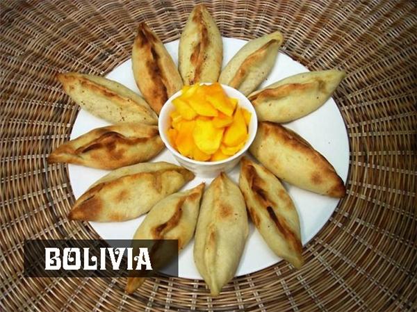 Bữa sáng củangười Bolivia khá đơn giản, họăn bánh patêđược làmbằng bột bao đường cónhồi thịt và rau bên trong.