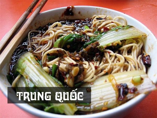 Tô mì xương hầm nóng hổi ăn kèm rau xanh và trứng rán là bữa sáng truyền thống của người Trung Quốc.
