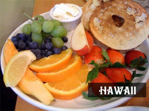 """Hawaii được thế giớibiết đến với tên gọi """"thiên đường trái cây"""", chính vì thế, chẳng lạ gì khi thực đơn bữa sáng ở hoàn toàn bằng trái cây tươi dùng kèm hai lát bánh mì."""