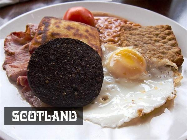 Bữa sáng truyền thống của người Scotland bao gồmtrứng ốp la ăn kèm haggis,món ăn đượcchế biến từ các bộ phận nội tạng của cừu non ướp gia vị rau thơm, mỡ hành.