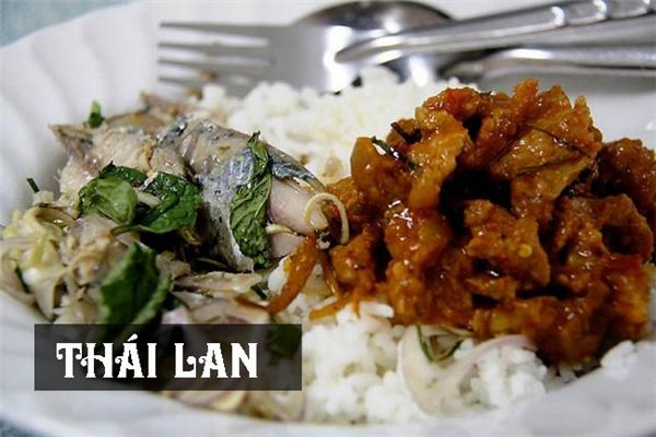 Bữa sáng của người Thái không khác bữa tối là mấy, họ ăn cơm với cá tẩm gia vị,lá bạc hà vàthịt lợn chua ngọt.
