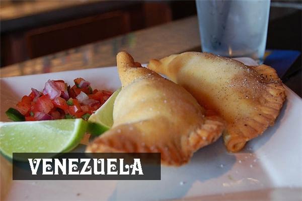 Bánh empanadasnhân phomát, thịt băm, rau hoặc đậu là món ăn quen thuộc trong bữa sáng của người Venezuela.