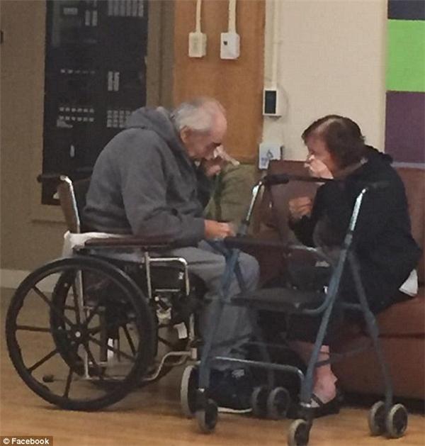 Khoảnh khắc chia ly của đôi vợ chồng già ở Canada khiến nhiều người xúc động.