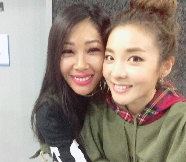 Ai nhìn vào bức hình này cũng tưởng rằng Jessi (bên trái) đáng tuổi dì của Dara (2NE1). Trên thực tế, Jessi nhỏ hơn Dara những 4 tuổi.