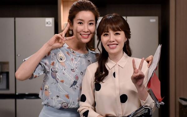 """Mỹ nhân """"Những nàng công chúa nổi tiếng"""" Lee Tae Ran trông giống như đàn chị của Ha Hee Ra (bên phải) dù Ha Hee Ra hơn mỹ nhân họ Lee những 6 tuổi."""