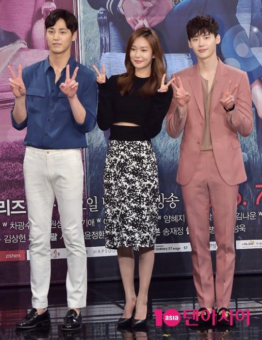 Lee Jong Suk (áo hồng) trẻ hơn hẳn Lee Tae Hwan trong mộtbức hình khác dù mỹ nam Lee Tae Hwan kém đàn anh những 6 tuổi.
