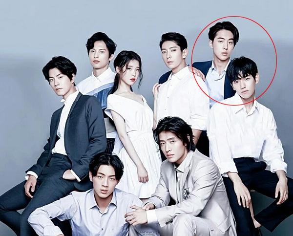 """Baekhyun (EXO) sở hữu gương mặt """"chíp hôi"""" so với dàn mỹ nam của """"Bộ bộ kinh tâm"""" bản Hàn. Khoảnh khắc Baekhyun (ngoài cùng bên phải) ngồi gần Nam Joo Hyuk thu hút nhiều sự chú ý. Baekhyun trông trẻ trung hơn hẳn Nam Joo Hyuk dù anh hơn đàn em 2 tuổi."""