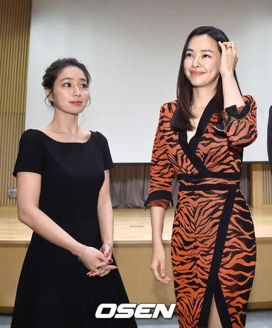 Ai cũng nghĩ Lee Min Jung (váy đen) phải gọi Honey Lee là chị nhưng trên thực tế, Lee Min Jung hơn đàn em của mình 1 tuổi.