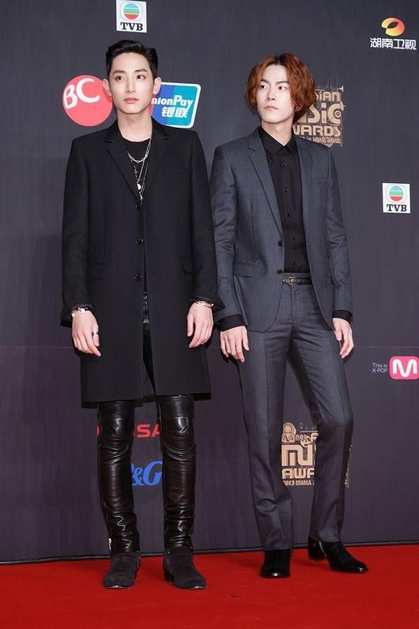 Lee Soo Hyuk (bên trái) trẻ trung hơn hẳn Hong Jong Hyun dù Lee Soo Hyuk sinh năm 1988, hơn mỹ nam họ Hong 2 tuổi.