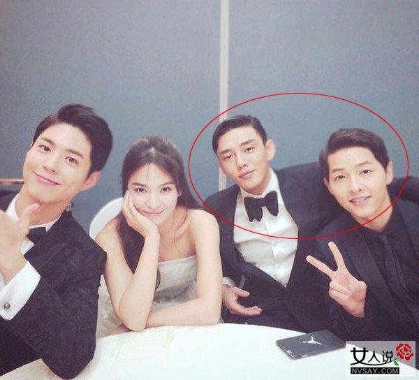 Trước giờ khán giả đều nghĩ Song Joong Ki (ngoài cùng bên phải) phải gọi Yoo Ah In là anh nhưng trên thực tế, mỹ nam họ Song hơn đàn em 1 tuổi.