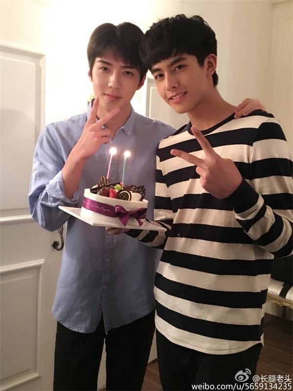 Tống Uy Long (bên phải) trông giống đàn anh của Sehun (EXO). Trên thực tế, Tống Uy Long sinh năm 1999 và kém Sehun những 5 tuổi.