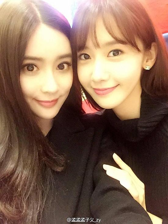 Yoona (SNSD) trẻ trung hơn hẳn đàn em Mạnh Tử Nghĩa (bên trái). Được biết, Yoona sinh năm 1990 còn Mạnh Tử Nghĩa sinh năm 1995.