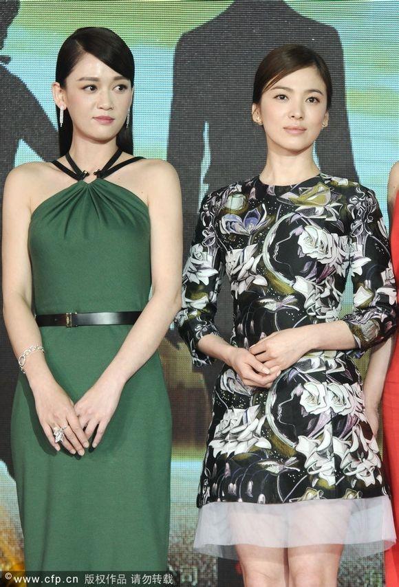 Nhiều người đều tưởng rằng Trần Kiều Ân (bên trái) là đàn em của Song Hye Kyo do cô trẻ trung hơn mỹ nhân họ Song, nhưng trên thực tế, Trần Kiều Ân hơn mỹ nhân xứ Hàn 2 tuổi.