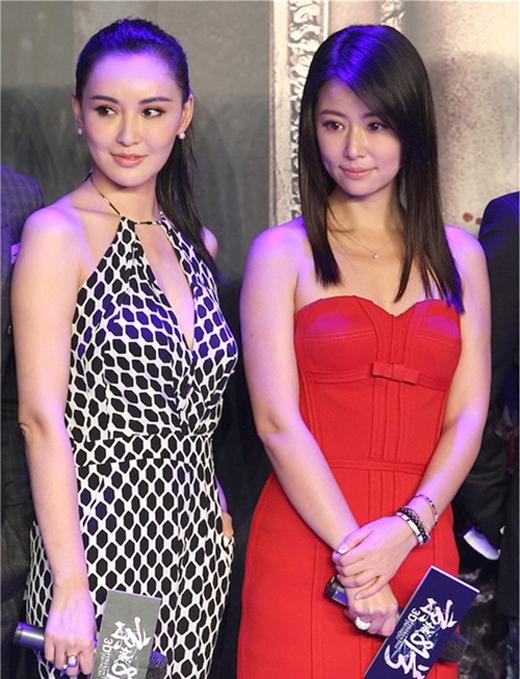 Mạc Tiểu Kỳ (bên trái) trông giống đàn chị của Lâm Tâm Như nhưng trên thực tế Lâm Tâm Như sinh năm 1976 và hơn đàn em những 5 tuổi.