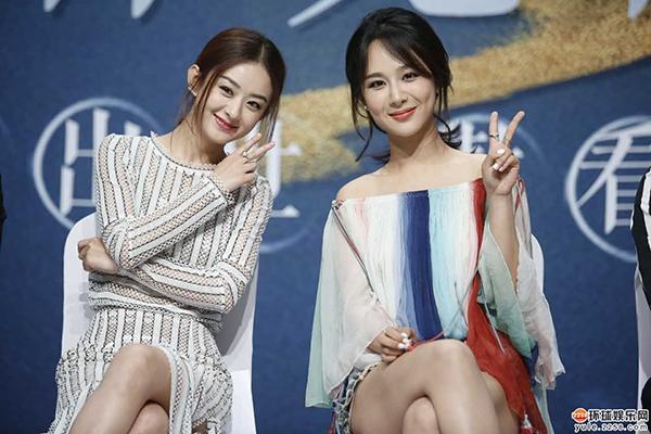 Triệu Lệ Dĩnh (bên trái) trông giống như đàn em của Dương Tử dù thực tế, Dương Tử sinh năm 1992 và kém mỹ nhân họ Triệu những 5 tuổi.