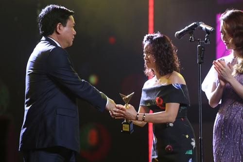Bước lên bục nhận giải thưởng, chị Hoa -vợ của cố nhạc sĩTrần Lập không giấu được những giọt nước mắt xúc động. - Tin sao Viet - Tin tuc sao Viet - Scandal sao Viet - Tin tuc cua Sao - Tin cua Sao