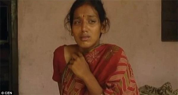 Nạn nhân Girijahoảng sợ và đau đớn khi bị mẹ chồng và em dâu đổ axit lên bụng hòng giết hại con mình.