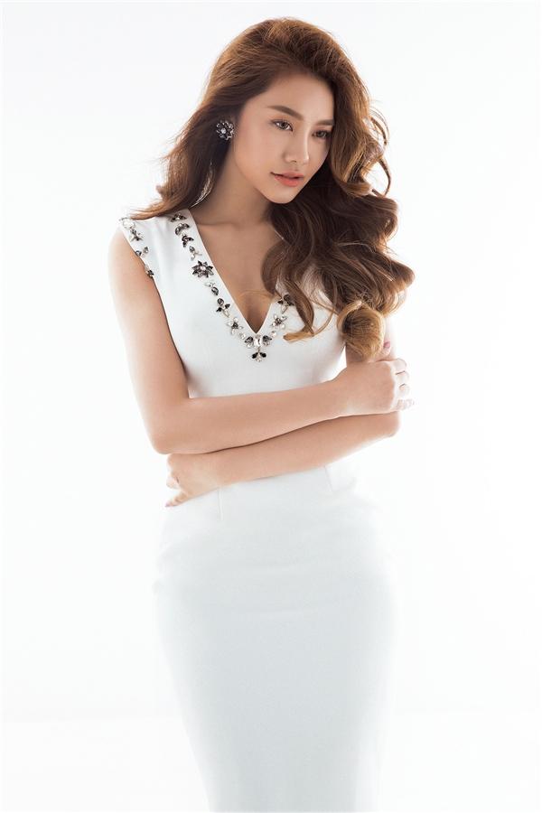 Lan Ngọc, Linh Chi đọ sắc với váy áo trắng tinh