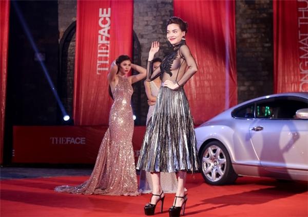 """Là một trong những biểu tượng thời trang luôn đi đầu xu thế tại showbiz Việt, Hồ Ngọc Hà luôn khiến người ta phải """"ngước nhìn"""" mỗi khi cô xuất hiện."""