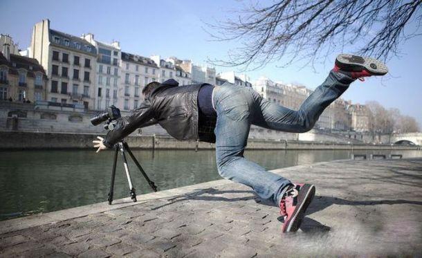 Nếu bạn quá khó nghĩ trong việc tạo ra một shoot hình nghệ thuật thì chỉ cần đẩy nhẹ đồng nghiệp và rồi cứ crắc...crắc... bấm chụp lia lịa!