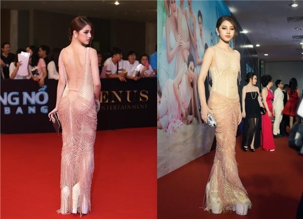 """Tại sự kiện Đêm hội chân dài 10 vừa qua, Hoa hậu Thế giới người Việt tại Úc Jolie Nguyễn """"gây sốc"""" với đôi giày cao gót trắnglênh khênh."""
