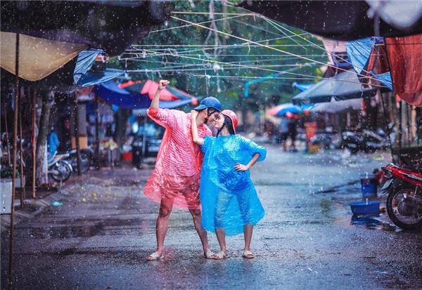 Những vật dụng tạo nên bộ ảnh gồmáo mưa và dép tổ ong.
