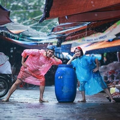 Dù trời mưa nhưng dưới ống kính, Linh và Giang vẫn cười rạng rỡ.