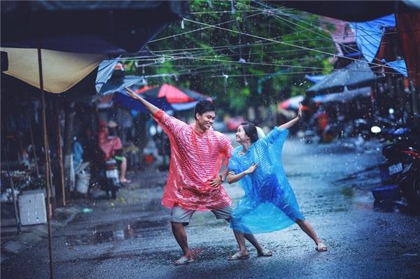 Trời mưa, chợ Rồng - Ninh Bìnhvắng tanh vì tiểu thương nghỉ bán. Đôi bạn tha hồ diễn sâu.