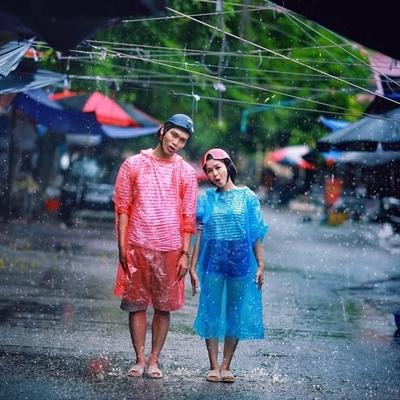 Mặc áo mưa - đi tổ ong chụp ảnh cưới, cặp đôi nào dũng cảm thế này?