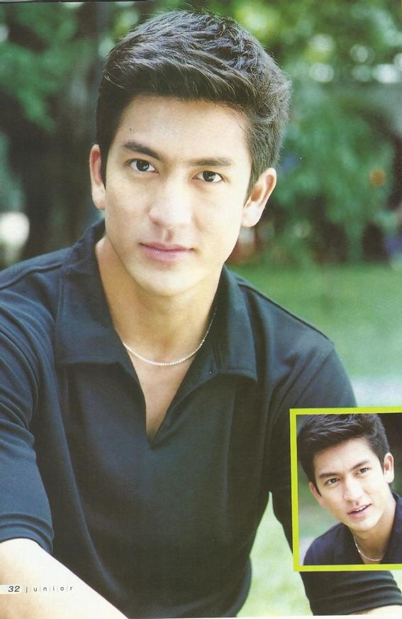 Dù đã là U40 nhưng phong độ của Tik vẫn không hề suy giảm, anh còn được bình chọn là mĩ nam gợi cảm nhất Thái Lan.