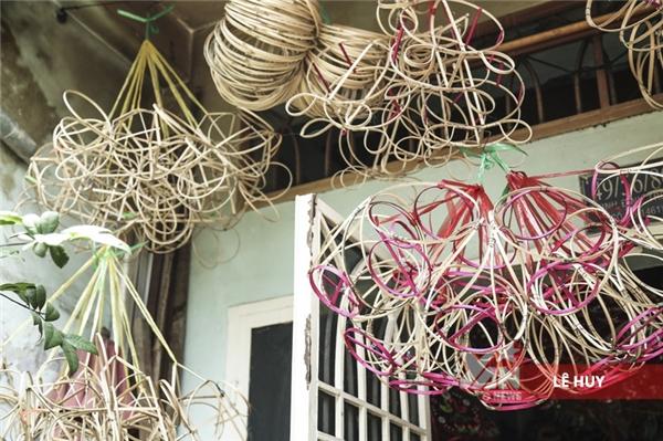 Công đoạn đầu tiên để tạo thành những chiếc lồng đèn là vót tre và tạo khung.