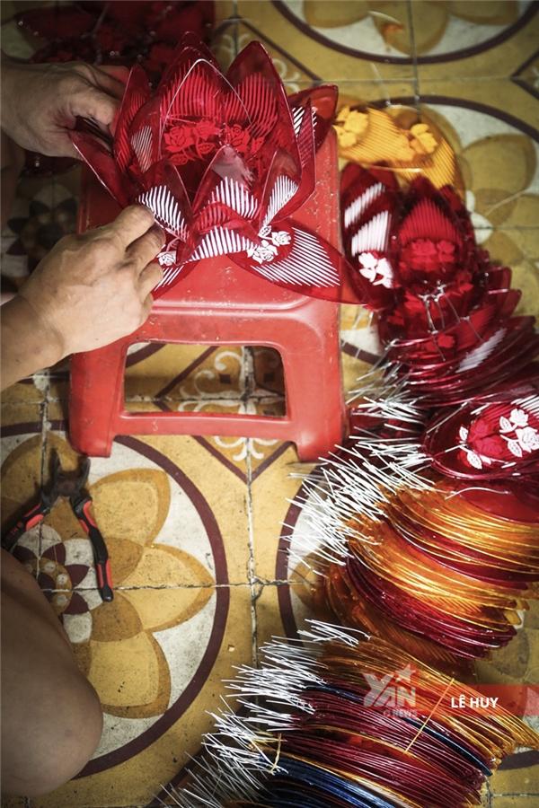 Lồng đèn hình hoa sen có ưu điểm là làm khá nhanh vì không cần phải vót và uốn tre.