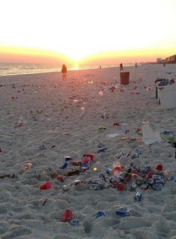 Vứt rác ở bãi biển.
