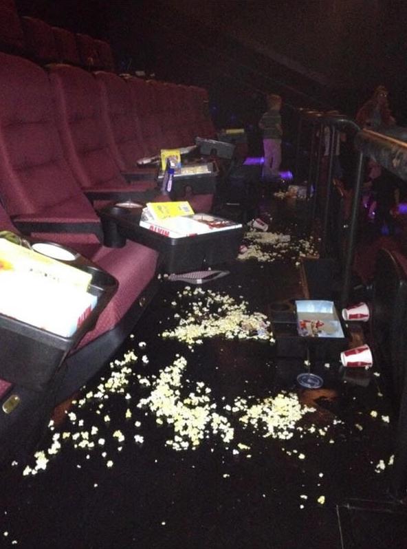 Biến rạp chiếu phim thành bãi chiến trường của bỏng ngô và nước ngọt.