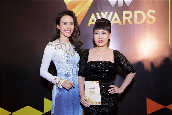 MC Bảo Anh dịu dàng với tà áo dài truyền thống. Cô vui vẻ chụp ảnh kỉ niệm cùng nghệ sĩ hài Việt Hương.