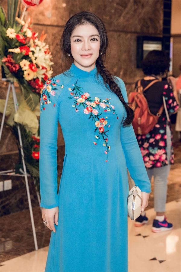Sắc xanh của tà áo kết hợp cùng những tông màu nổi bật ở họa tiết thêu tay kì công giúp Lý Nhã Kỳ trông vừa trẻ trung nhưng không kém phần thanh lịch, quý phái. Được biết, đây là bộ trang phục do nhà thiết kế Thuận Việt chuẩn bị riêng cho Lý Nhã Kỳ.