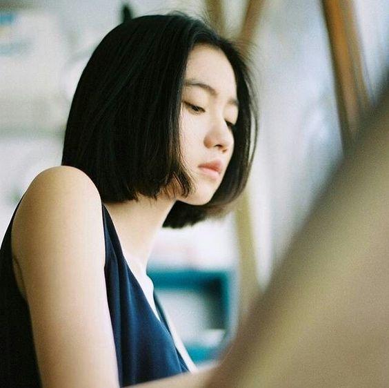 Nếu như bạn có gương mặt tròn, phần mái xõa hai bên sẽ giúp trông thon gọn hơn. Phần mái phủ ở trán sẽ thu gọn một cách đáng kể khuôn mặt thon dài. Còn với những cô nàng có mặt góc cạnh thì phần tóc sẽ che đi khuyết điểm trên khi có đường cong ôm sát vào phần cằm.