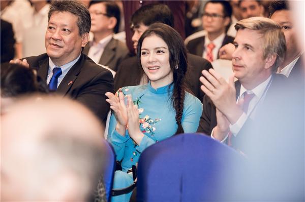 Không chỉ tham gia buổi đón tiếp, Lý Nhã Kỳ còn vinh dự có mặt trong Hội thảo diễn đàn Doanh nghiệp Pháp - Việt do Phòng Thương mại và Công nghiệp Pháp tại Việt Nam tổ chức nhằm thúc đẩy mối quan hệ hợp tác, làm ăn giữa các doanh nghiệp của 2 quốc gia.