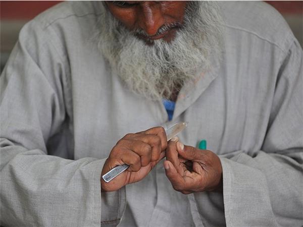 Ở nhiều nơi từ Thổ Nhĩ Kỳ tới Ấn Độ, việc cắt móng tay móng chân vào buổi tối bị coi là sẽ đem lại vận rủi.