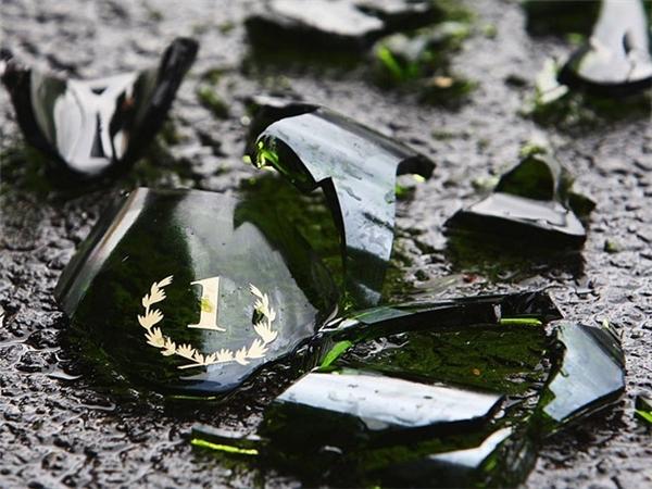 Tại Nhật Bản, việc vô tình làm vỡ chai lọ được cho là sẽ đem lại may mắn. Tuy nhiên, cố tình làm vỡ thì bị xem là ngốc nghếch.