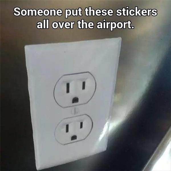 Nó là sticker, không phải ổ cắm thiệt đâu.