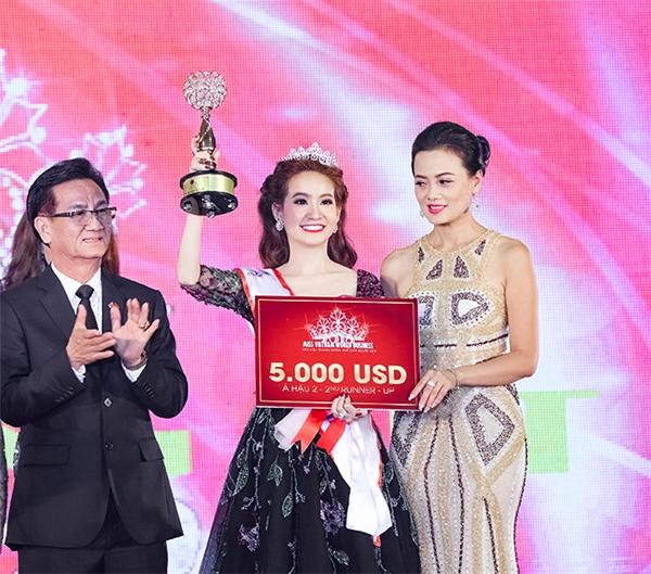 Tân Á hậu được trao vương miện trị giá 300 triệu đồng và 120 triệu tiền mặt, cùng với những voucher trị giá từ nhà tài trợ.