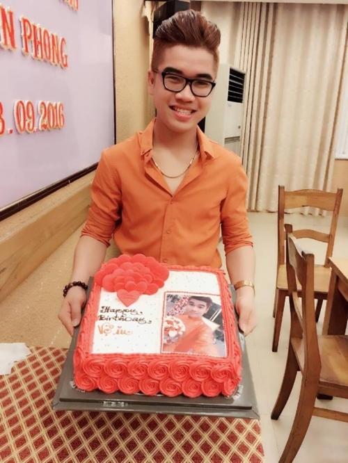 Tuấn Phong hạnh phúc khi mẹ ruột đã tới chia vui trong tiệc mừng sinh nhật mình.
