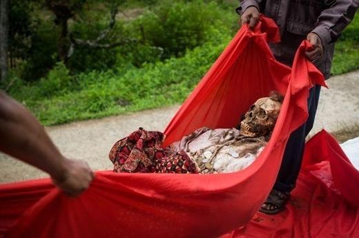 Những người con trong gia đình sẽ nhẹ nhàng mang thi hài của ông bà hoặc cha mẹ mình ra khỏi mộ.